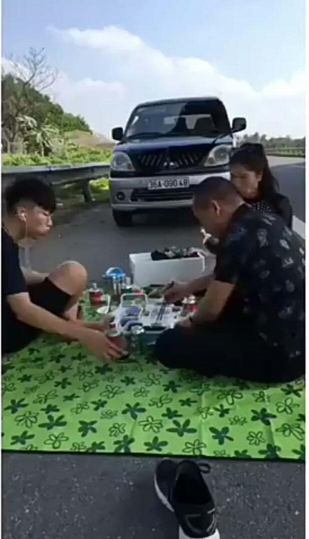 Xác minh danh tính gia đình mở tiệc trên cao tốc Nội Bài- Lào Cai vào mùng 2 Tết - Ảnh 2