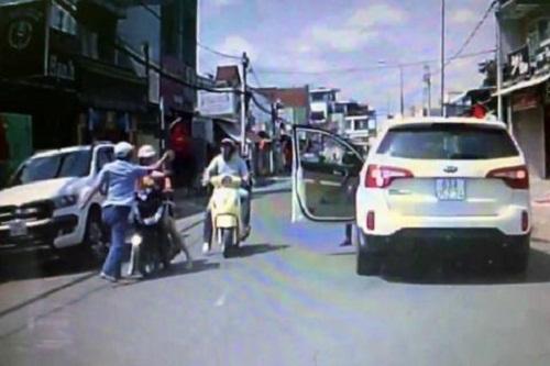 Nam tài xế ô tô tát người phụ nữ đi xe máy đăng video xin lỗi trên mạng xã hội - Ảnh 2