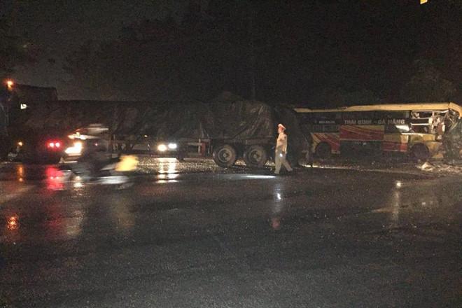 Thanh Hóa: Xe khách giường nằm tông xe đầu kéo, húc đổ tường nhà dân lúc rạng sáng - Ảnh 1