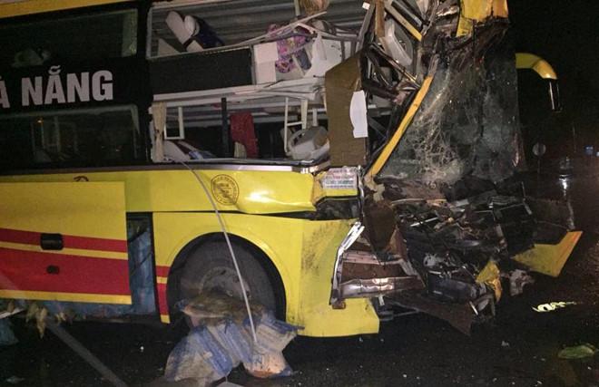 Thanh Hóa: Xe khách giường nằm tông xe đầu kéo, húc đổ tường nhà dân lúc rạng sáng - Ảnh 2