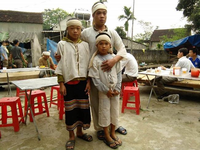 Vụ sập mỏ thiếc 3 người tử vong: Ám ảnh đôi mắt trẻ thơ trong những đám tang nơi xóm nghèo - Ảnh 3