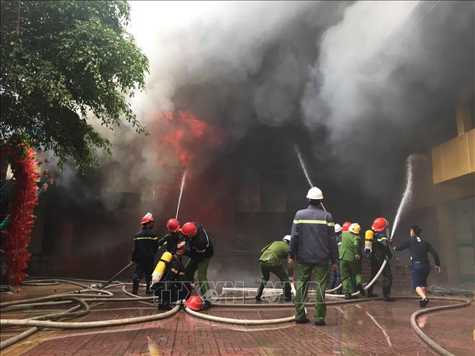 Nghệ An: Hỏa hoạn tại quán karaoke, huy động hàng trăm chiến sĩ chữa cháy - Ảnh 3