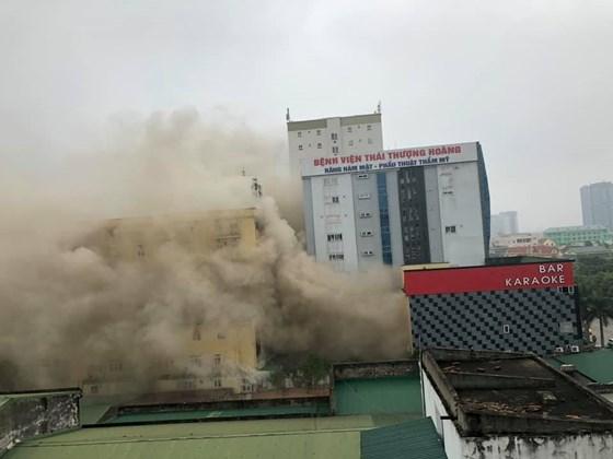 Nghệ An: Hỏa hoạn tại quán karaoke, huy động hàng trăm chiến sĩ chữa cháy - Ảnh 1