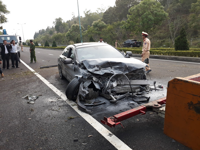 Tin tai nạn giao thông mới nhất ngày 24/3/2019: Lật xe container, 3 người trong gia đình tử vong - Ảnh 3