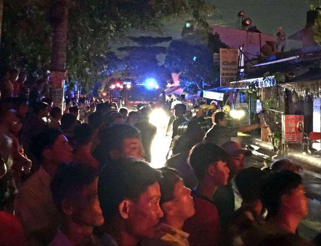 """TP.HCM: 3 giờ chiến đấu với """"bà hoả"""" của hàng trăm cảnh sát PCCC tại kho chứa dầu - Ảnh 2"""