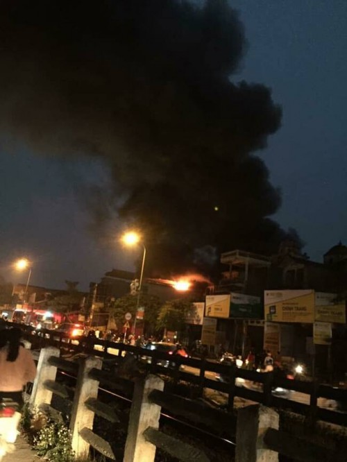 Hiện trường giải cứu 6 người bị mắc kẹt trong đám cháy nhà 5 tầng ở Hà Nội - Ảnh 1
