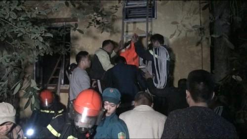 Hiện trường giải cứu 6 người bị mắc kẹt trong đám cháy nhà 5 tầng ở Hà Nội - Ảnh 3