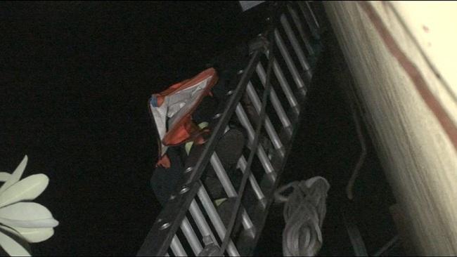 Hiện trường giải cứu 6 người bị mắc kẹt trong đám cháy nhà 5 tầng ở Hà Nội - Ảnh 4