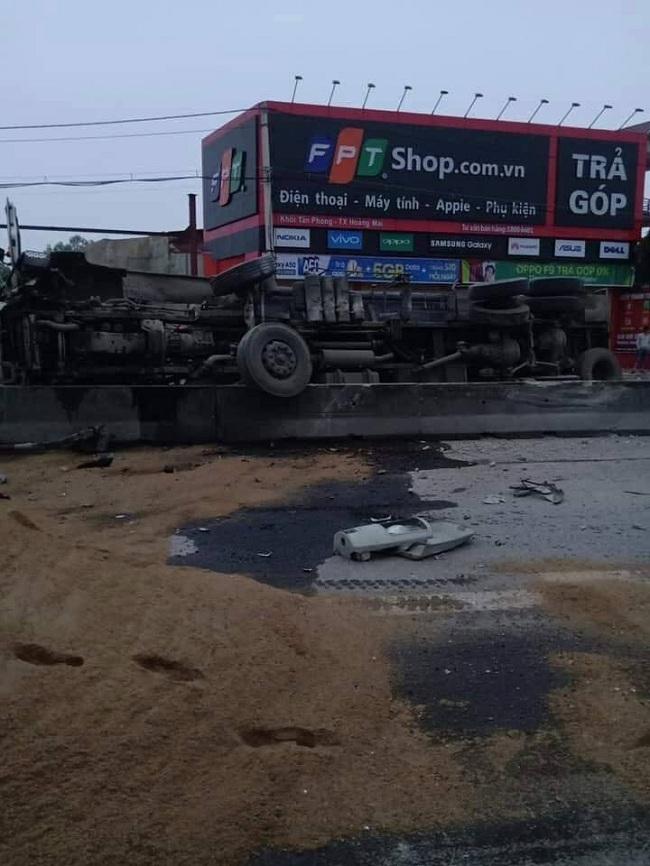 Nghệ An: Lật xe bồn, hàng ngàn lít xăng tràn lênh láng trên quốc lộ - Ảnh 1