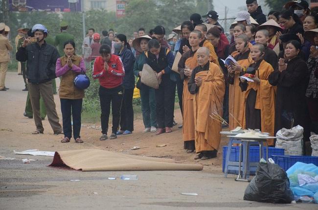 Vụ xe khách đâm đoàn đưa tang 7 người chết ở Vĩnh Phúc: Ám ảnh cảnh nạn nhân nằm rải rác trên đường - Ảnh 1