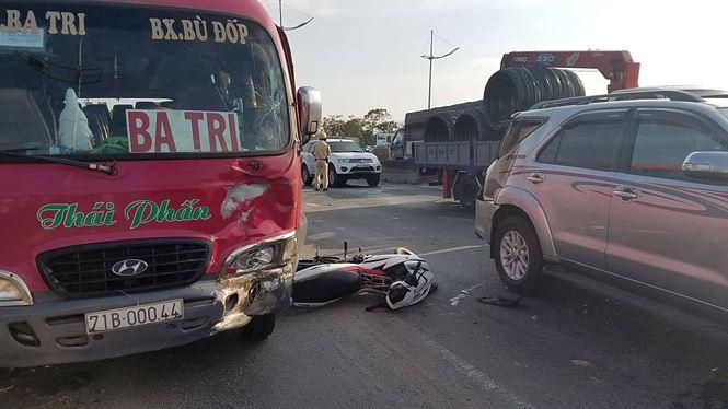 Tin tai nạn giao thông mới nhất ngày 28/3/2019: Xe khách đâm đoàn đưa tang, 7 người tử vong - Ảnh 2