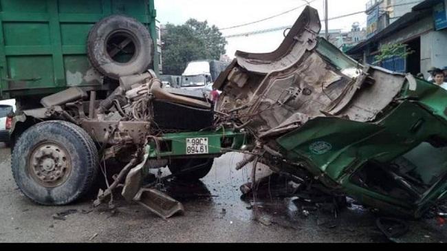 Tin tai nạn giao thông mới nhất ngày 30/3/2019: Xe tải chở rau tông sập 4 nhà dân, 2 người tử vong - Ảnh 2
