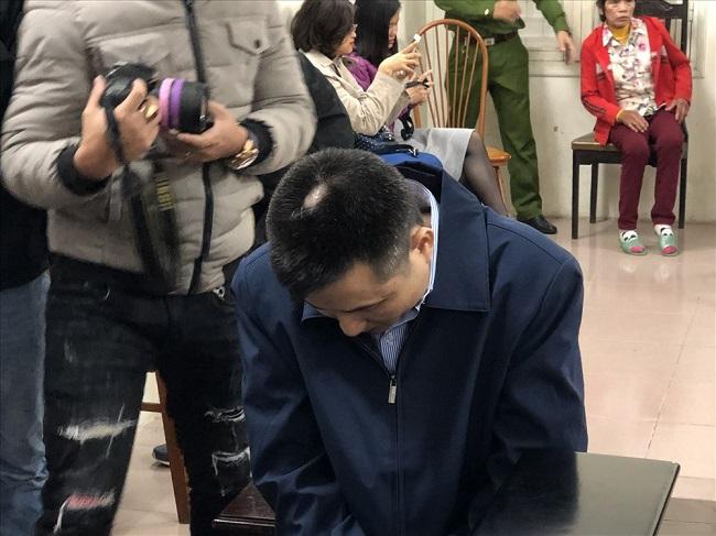 Mẹ nữ sinh ôm di ảnh gào khóc, Châu Việt Cường ngoái cổ tìm người thân - Ảnh 4