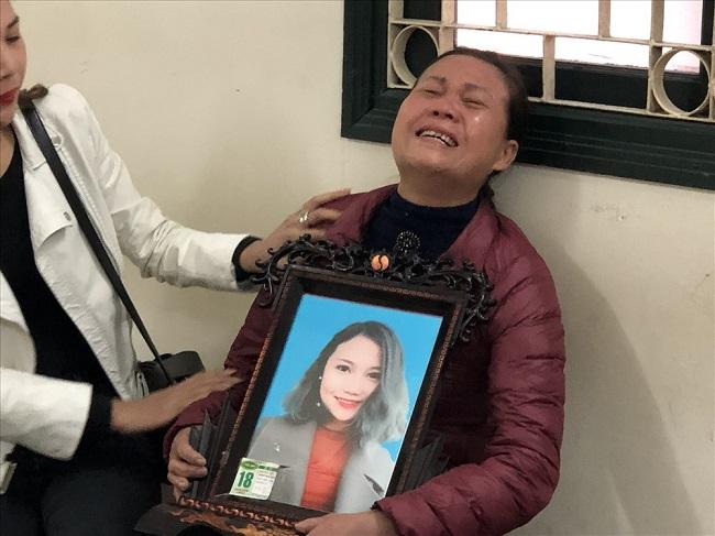 Mẹ nữ sinh ôm di ảnh gào khóc, Châu Việt Cường ngoái cổ tìm người thân - Ảnh 7