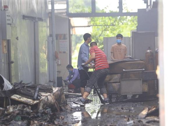 Vụ cháy 8 người chết và mất tích ở Hà Nội: 6 thi thể nạn nhân đã được đưa ra ngoài - Ảnh 2