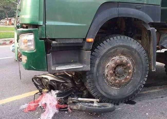 Tin tai nạn giao thông mới nhất ngày 20/4/2019: Cặp vợ chồng tử vong thương tâm dưới bánh xe khách - Ảnh 2