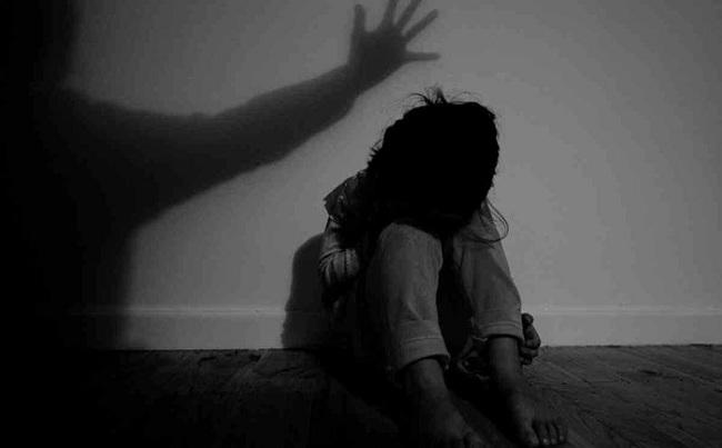 Vụ cha đẻ hiếp dâm con gái 10 tuổi: Nghi can liên tục cười, nói bất thường tại cơ quan công an - Ảnh 1