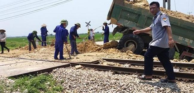 Tin tai nạn giao thông mới nhất ngày 21/4/2019: Xe tải bị tàu hỏa húc văng, tài xế tử vong - Ảnh 1