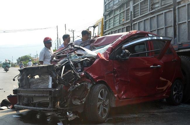 Tin tai nạn giao thông mới nhất ngày 21/4/2019: Xe tải bị tàu hỏa húc văng, tài xế tử vong - Ảnh 2