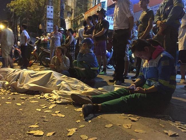 """Vụ nữ lao công bị """"xe điên"""" tông tử vong: Xót xa hình ảnh con trai gục khóc bên thi thể mẹ - Ảnh 1"""