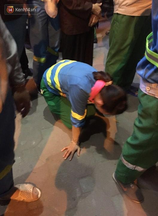 """Vụ nữ lao công bị """"xe điên"""" tông tử vong: Xót xa hình ảnh con trai gục khóc bên thi thể mẹ - Ảnh 4"""