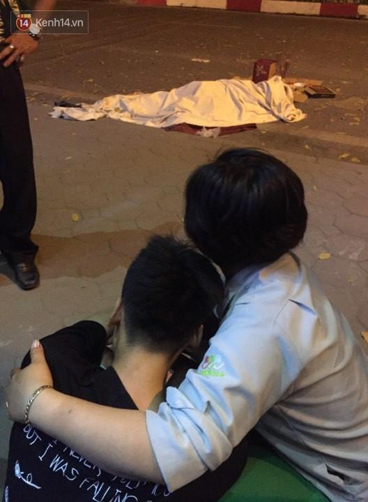 """Vụ nữ lao công bị """"xe điên"""" tông tử vong: Xót xa hình ảnh con trai gục khóc bên thi thể mẹ - Ảnh 3"""