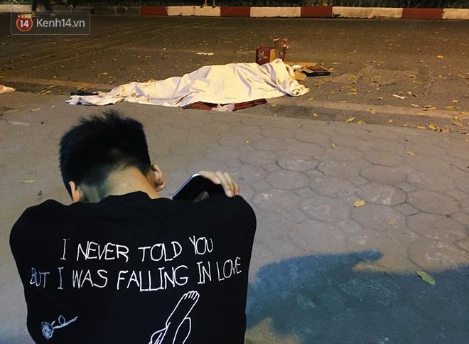 """Vụ nữ lao công bị """"xe điên"""" tông tử vong: Xót xa hình ảnh con trai gục khóc bên thi thể mẹ - Ảnh 2"""
