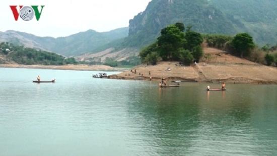 Trục vớt thi thể người đàn ông bị đuối nước trên lòng hồ sông Đà - Ảnh 1