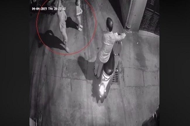 Nghi án 2 bé gái bị sàm sỡ trong hẻm tối: Công an động viên gia đình ra trình báo vụ việc - Ảnh 1