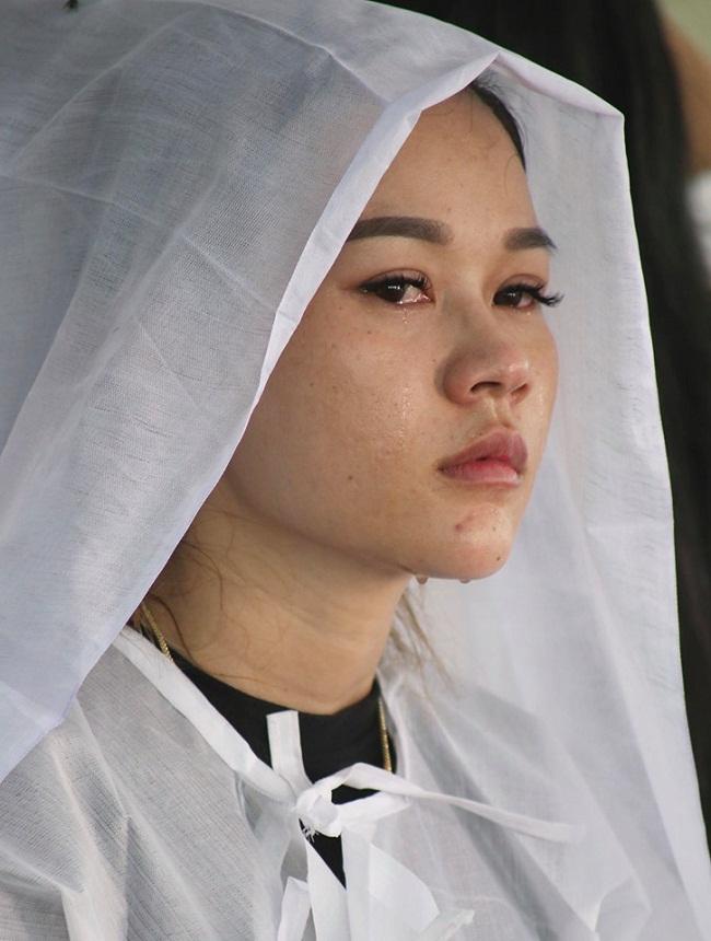 Sao Việt khóc nức nở trong đám tang cố nghệ sĩ Lê Bình - Ảnh 3