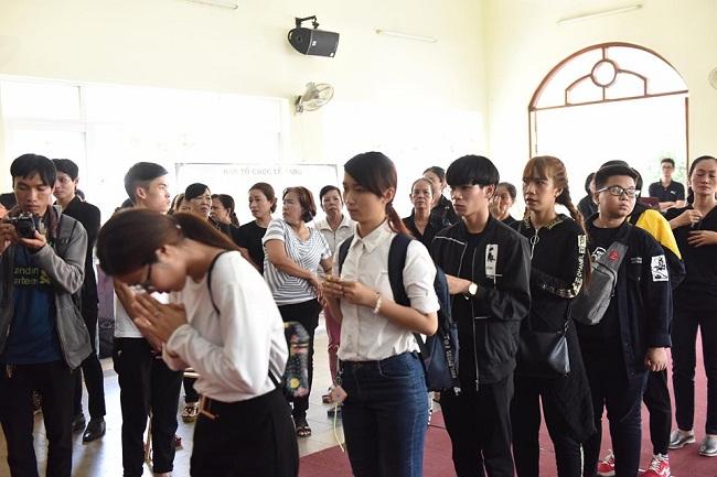 Sao Việt khóc nức nở trong đám tang cố nghệ sĩ Lê Bình - Ảnh 8