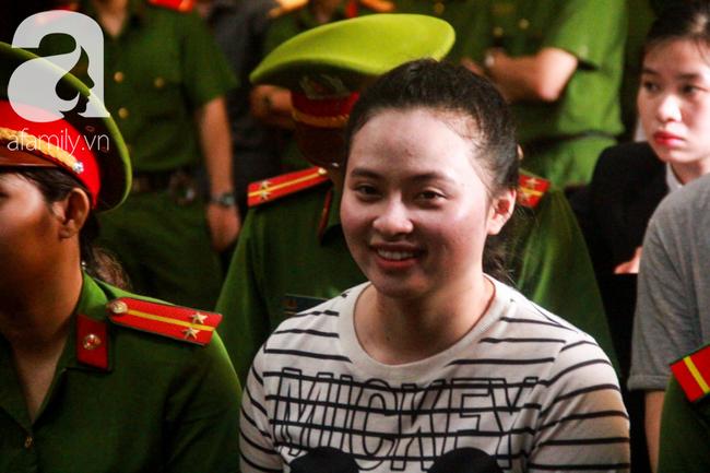 """Nước mắt và nụ cười của """"trùm"""" ma túy Văn Kính Dương cùng các đồng phạm trong 3 ngày xét xử - Ảnh 7"""