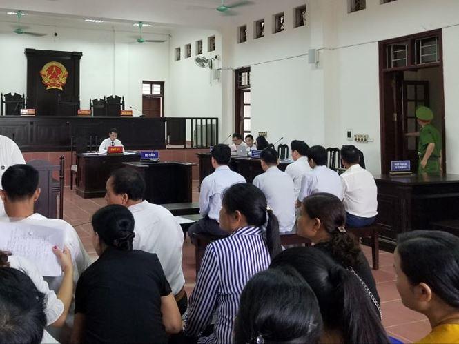 Xét xử vụ chạy thận 9 người chết ở Hòa Bình: Bác sĩ Hoàng Công Lương đến tòa cùng chú ruột - Ảnh 6