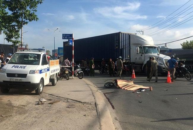 Tin tức tai nạn giao thông mới nóng nhất hôm nay 19/5/2019: Phá cửa giải cứu tài xế sau va chạm - Ảnh 1