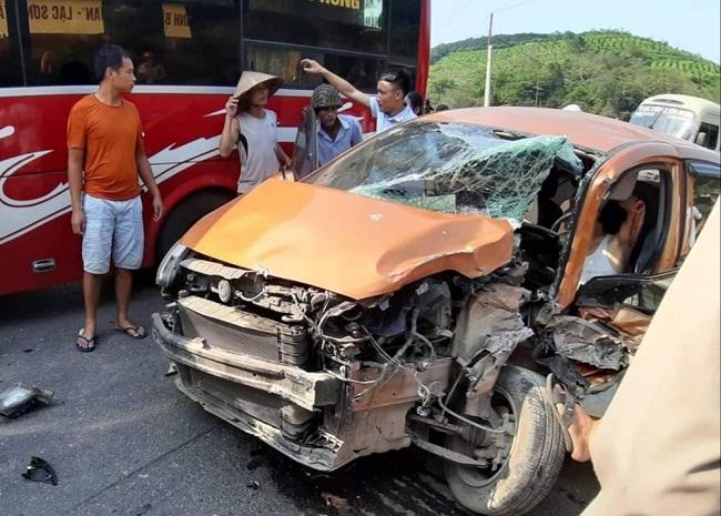 Tin tức tai nạn giao thông mới nóng nhất hôm nay 19/5/2019: Phá cửa giải cứu tài xế sau va chạm - Ảnh 3