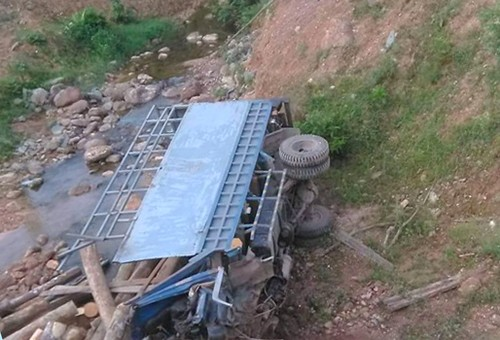 Hà Tĩnh: Lật xe tải chở gỗ, 2 người tử vong thương tâm - Ảnh 1