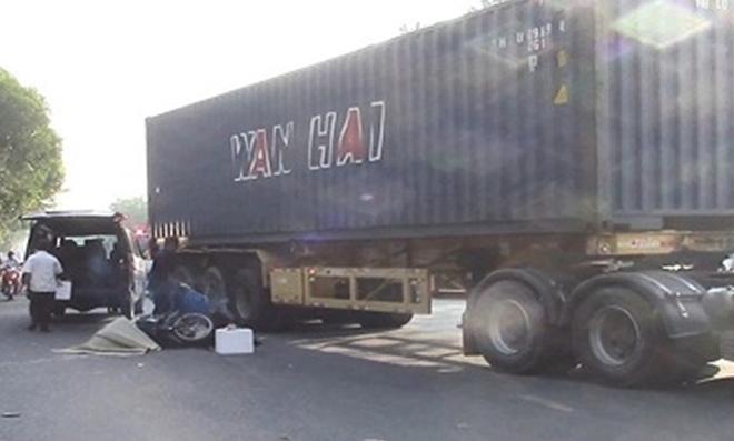 Tin tai nạn giao thông mới nhất ngày 4/5/2019: Lật xe container, 2 anh em bị đè trúng tử vong - Ảnh 3