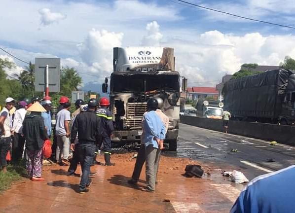 Tin tức tai nạn giao thông mới nhất hôm nay 1/6/2019: Container đâm liên hoàn, 4 người thương vong - Ảnh 1
