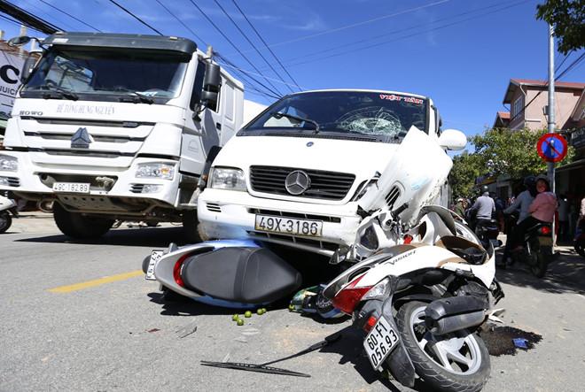 Tin tức tai nạn giao thông mới nhất hôm nay 1/6/2019: Container đâm liên hoàn, 4 người thương vong - Ảnh 2