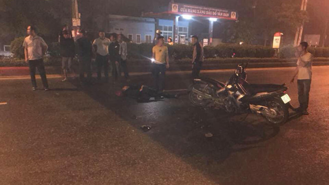 """Tin tai nạn giao thông mới nhất ngày 6/5/2019: 2 chiến sĩ cảnh sát bị xe máy """"kẹp 3"""" đâm thương vong - Ảnh 1"""