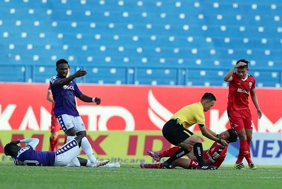 Trọng tài nhanh trí sơ cứu cầu thủ co giật trên sân sau cú va chạm kinh hoàng ở V-League - Ảnh 1
