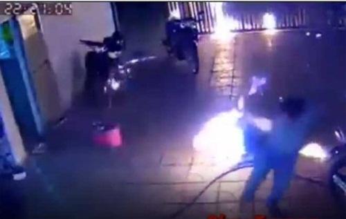 """Bắt tạm giam đối tượng ném """"bom xăng"""" sang nhà hàng xóm khiến 4 người bị thương - Ảnh 1"""