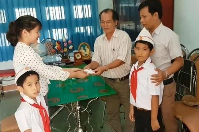 Nhặt được 6 chỉ vàng, hai học sinh lớp 3 đem nộp cho nhà trường - Ảnh 1
