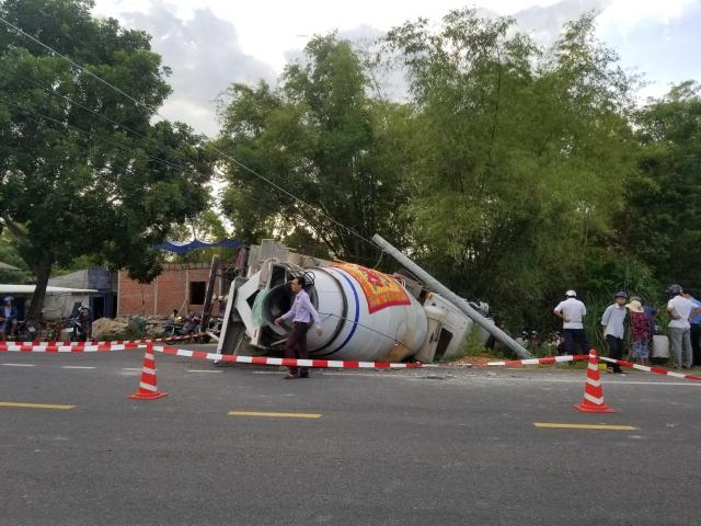Tin tức tai nạn giao thông mới nhất hôm nay 12/6/2019: Tránh xe máy, xe bồn tông gãy trụ điện, lật nghiêng - Ảnh 1