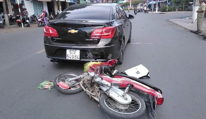 Tin tức tai nạn giao thông mới nhất hôm nay 12/6/2019: Tránh xe máy, xe bồn tông gãy trụ điện, lật nghiêng - Ảnh 2