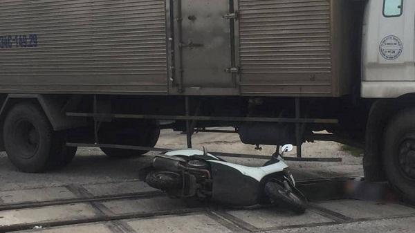Tin tức tai nạn giao thông mới nhất hôm nay 12/6/2019: Tránh xe máy, xe bồn tông gãy trụ điện, lật nghiêng - Ảnh 3