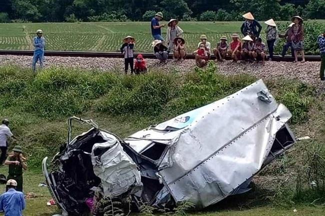 Hà Tĩnh: Cố băng qua đường ray, xe tải bị tàu hỏa đâm nát bét - Ảnh 1