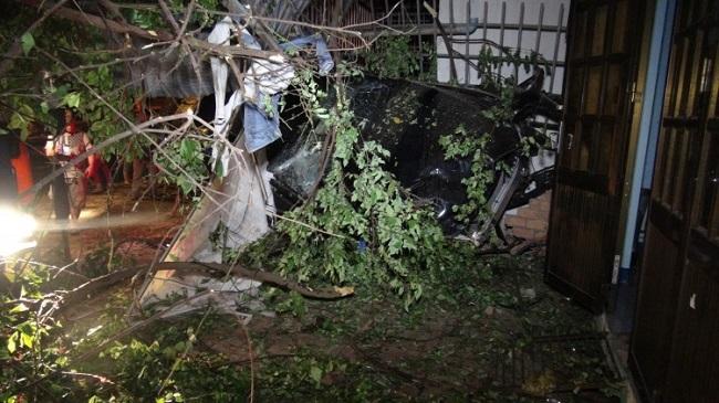 Tin tức tai nạn giao thông mới nhất hôm nay 17/6/2019: Xe Mercedes tông 3 căn nhà, 1 người tử vong - Ảnh 1