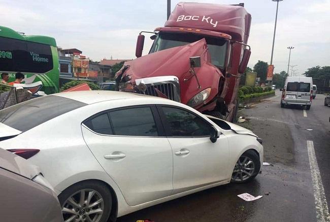 Tin tức tai nạn giao thông mới nhất hôm nay 3/6/2019: 6 ôtô tông liên hoàn trên quốc lộ 1A - Ảnh 1