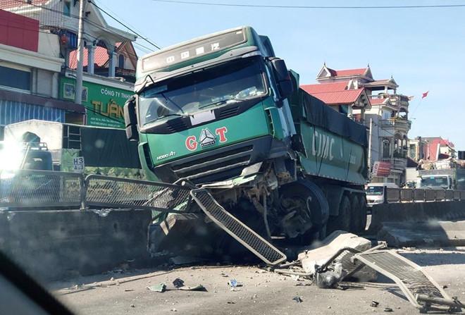 Tin tức tai nạn giao thông mới nhất hôm nay 23/6/2019: 4 ôtô tông liên hoàn, quốc lộ 1 ùn tắc kéo dài - Ảnh 1